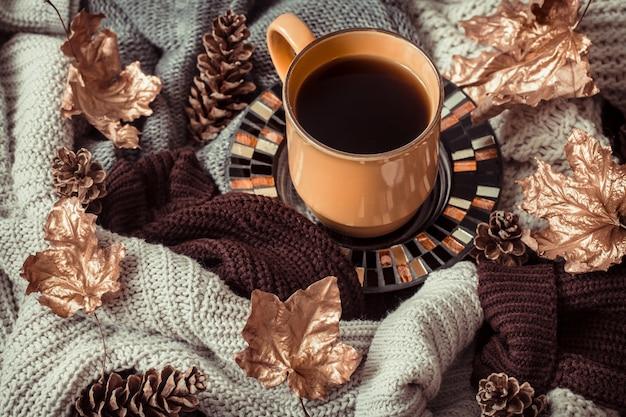 Tasse tee mit herbstlaub und pullover Kostenlose Fotos