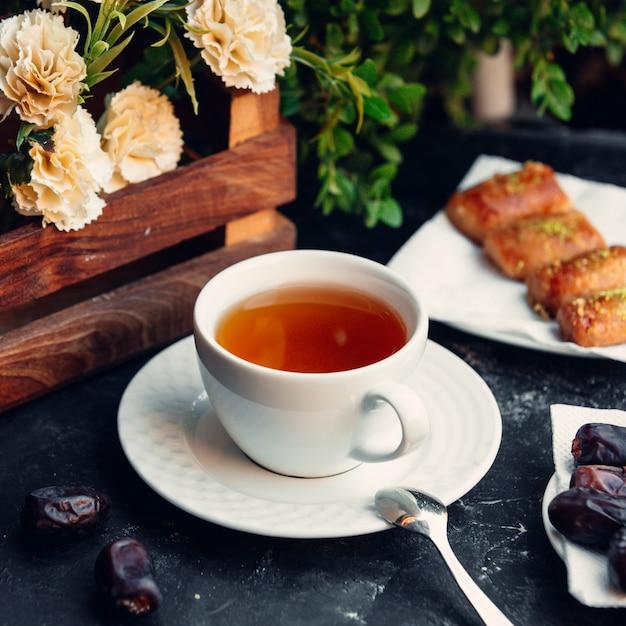 Tasse tee mit köstlichkeiten Kostenlose Fotos