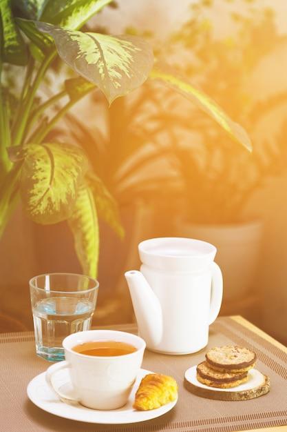 Tasse tee mit teekannen- und frühstückselementen Kostenlose Fotos