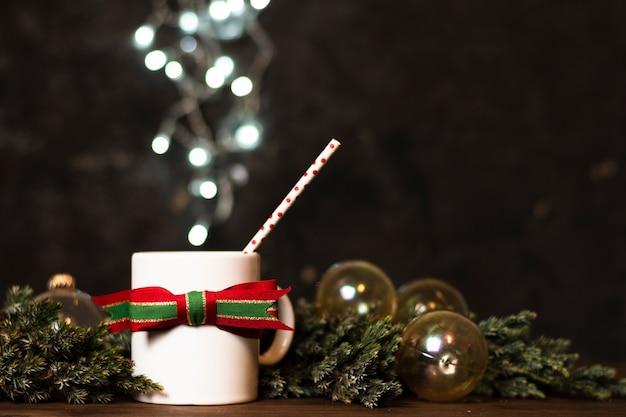 Tasse tee mit weihnachtslichtern im hintergrund Kostenlose Fotos