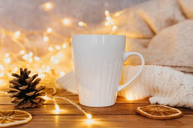 Tasse tee mit winterlichtern Premium Fotos