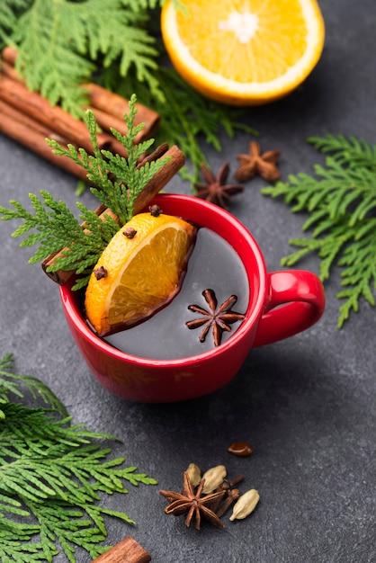 Tasse tee mit zitrone und früchten auf dem tisch Kostenlose Fotos