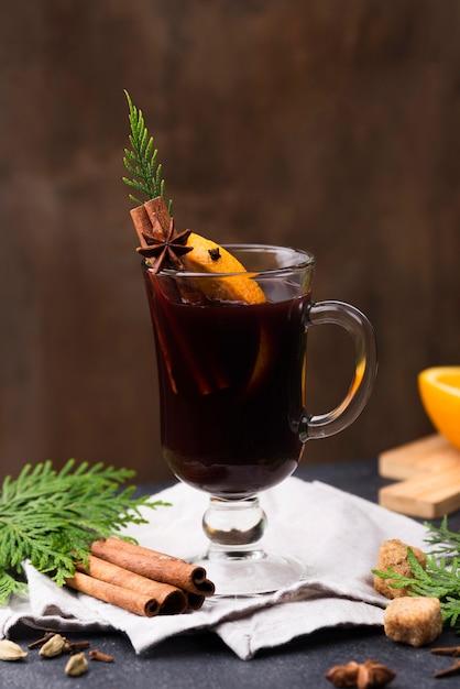 Tasse tee mit zitrone und zimt auf dem tisch Kostenlose Fotos