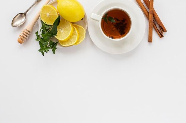 Tasse tee mit zitrone und zimt Premium Fotos