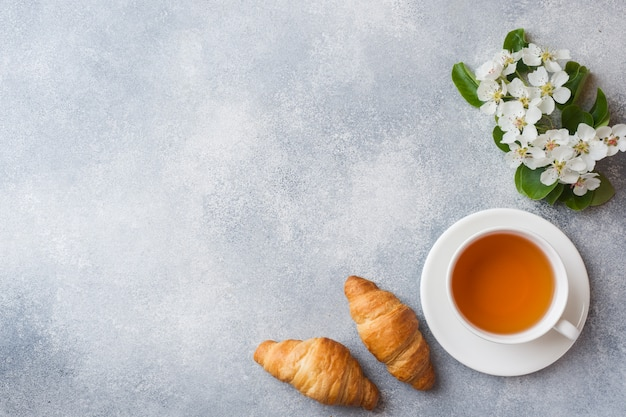 Tasse tee und croissant Premium Fotos