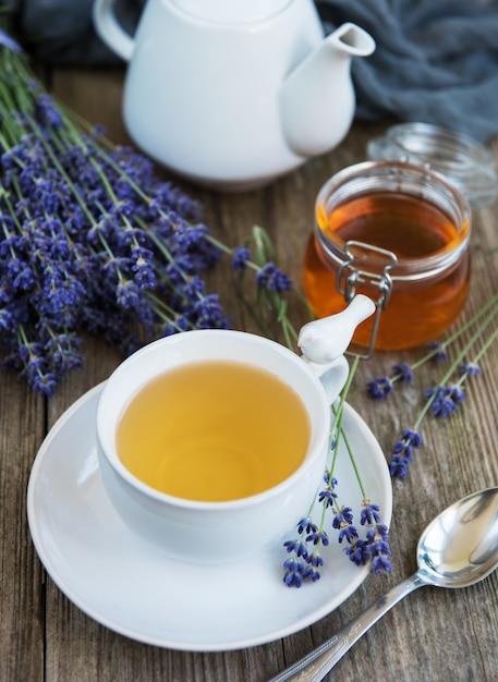 Tasse tee und honig mit lavendelblumen Premium Fotos