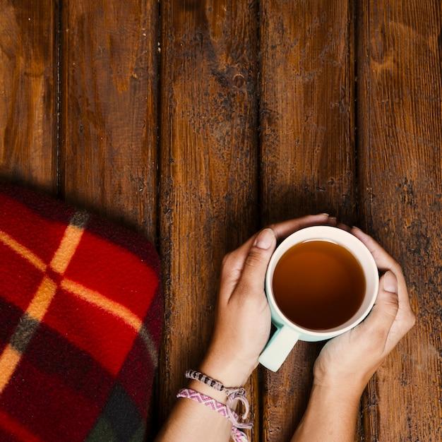 Tasse tee und winterdecke auf altem holz Kostenlose Fotos
