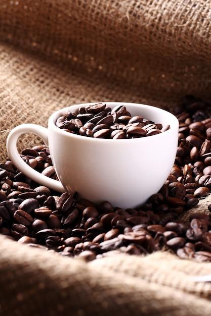 Tasse voller kaffeebohnen Kostenlose Fotos
