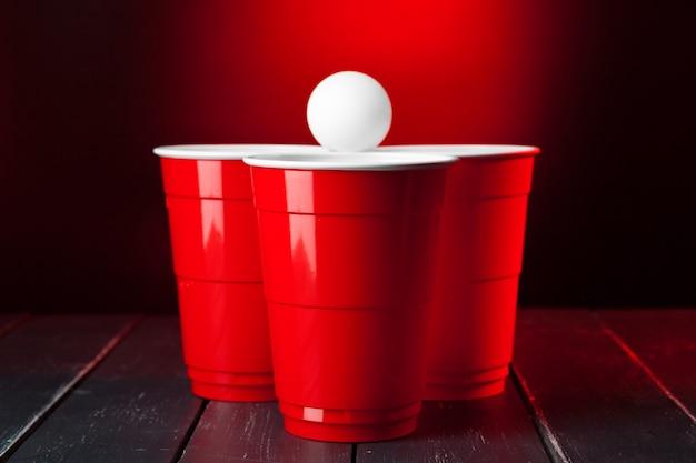 Tassen für spiel beer pong auf dem tisch Premium Fotos