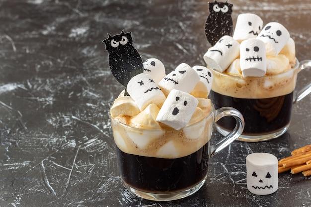 Tassen mit heißer schokolade und marshmallow mit halloween Premium Fotos