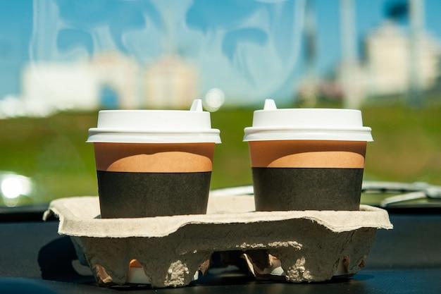 Tassen mit kaffee auf der autotafel Premium Fotos