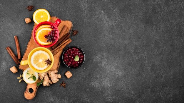 Tassen mit teefruchtaroma mit kopierraum Kostenlose Fotos