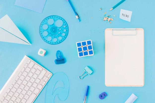 Tastatur in der nähe von puzzle und schreibwaren Kostenlose Fotos
