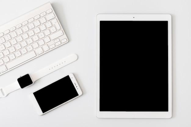 Tastatur liegt in der nähe von gadgets Kostenlose Fotos
