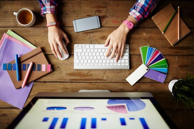 Tastatur typisierung erwachsene mitarbeiter projekt Premium Fotos