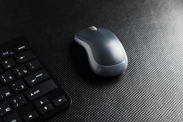 Tastatur und maus auf dem tisch, Premium Fotos