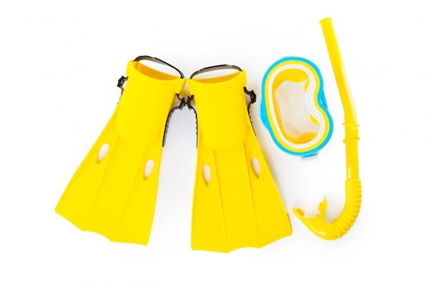 Tauchausrüstungsschutzbrillen, -schnorchel und -flipper auf weiß. Premium Fotos