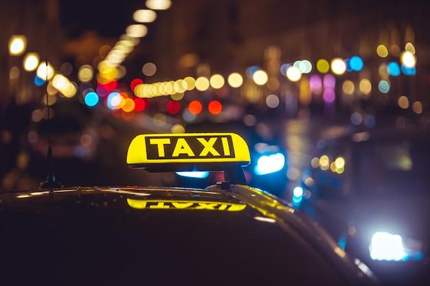 Taxi über bokeh lichter Kostenlose Fotos