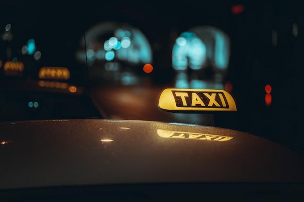 Taxischild bei nacht. Kostenlose Fotos