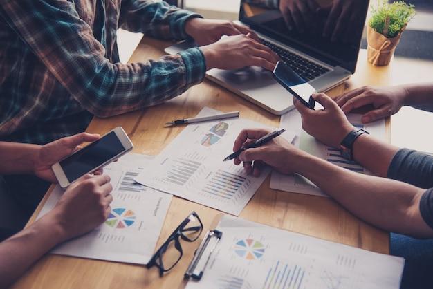 Team-business-job. arbeiten mit laptop im offenen büro. sitzungsbericht in bearbeitung Premium Fotos