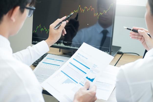 Team investment entrepreneur, das handelsdiagramme und -diagramme auf computer bespricht und analysiert Premium Fotos