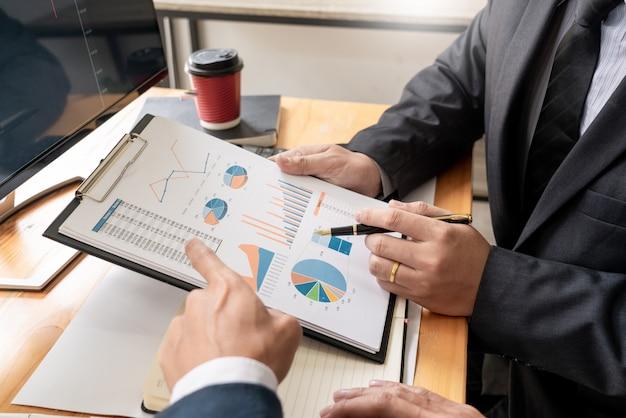 Team von börsenmaklern, die mit bildschirmen sich besprechen Premium Fotos