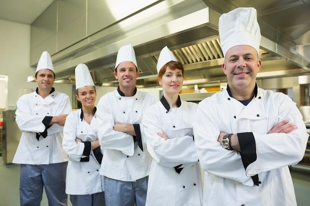 Team von chefs, die an der kamera lächeln Premium Fotos