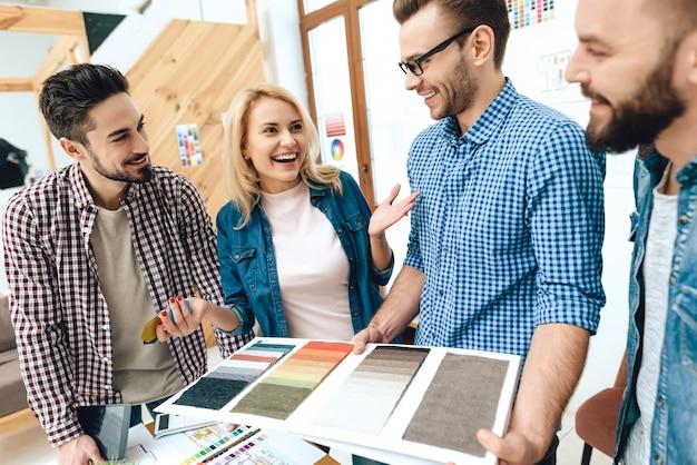 Team von designerarchitekten betrachten farbpalette Premium Fotos