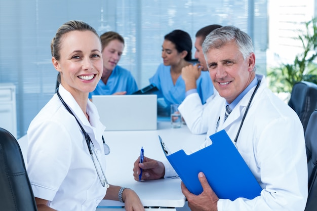 Team von doktoren, die an ihren dateien arbeiten Premium Fotos