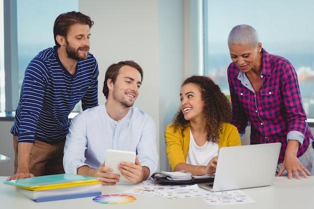 Team von grafikdesignern diskutiert über laptop Premium Fotos
