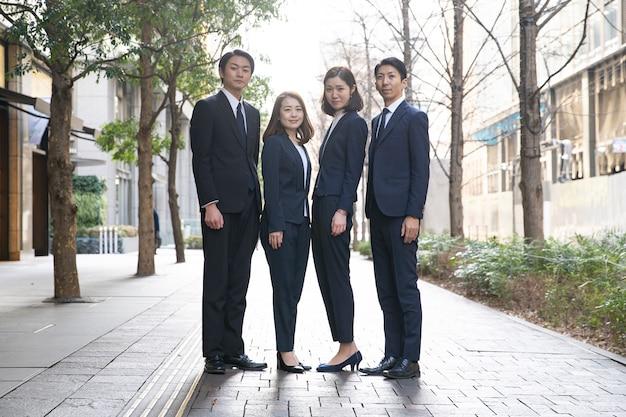 Team von vier geschäftsleuten Premium Fotos