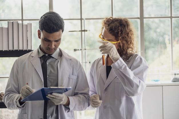 Team von wissenschaftlern der medizinischen forschung führt experimente im labor durch. Premium Fotos