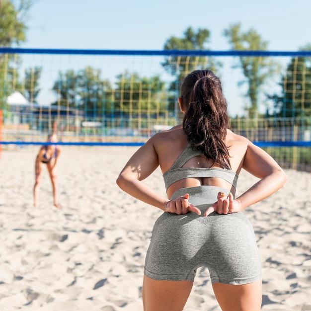 Teamkollege signalisiert mit den händen beim volleyballspielen Kostenlose Fotos