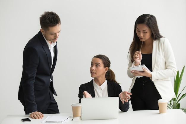 Teamleiter trainieren kollegen im büro Kostenlose Fotos