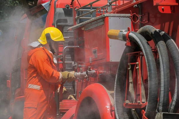 Teamübung zur brandbekämpfung in notsituationen Premium Fotos