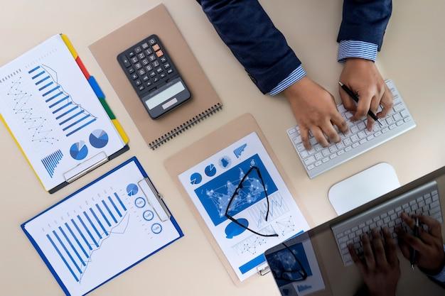 Teamwork berichtet das rechnungswesenkonzept, das finanziell analysiert Premium Fotos