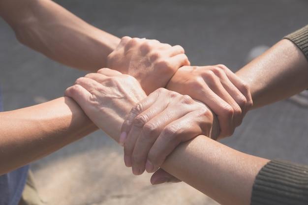 Teamwork-konzept. leute, die sich für den kooperationserfolg verbinden. Premium Fotos