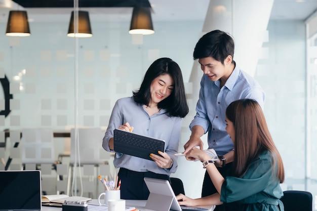 Teamwork-treffen für geschäftsleute, um die investition zu besprechen. Premium Fotos