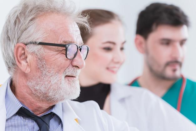 Teamworker von doktor nurse in den krankenhausgesundheitsdienstleuten. Premium Fotos