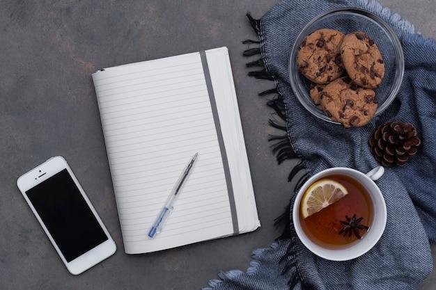 Teatime mit keksen auf blauem plaid mit notizblock Kostenlose Fotos