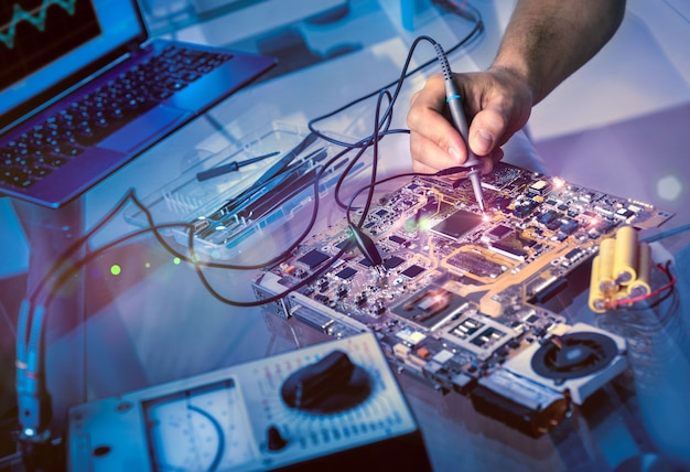 Tech behebt motherboard im service center Premium Fotos