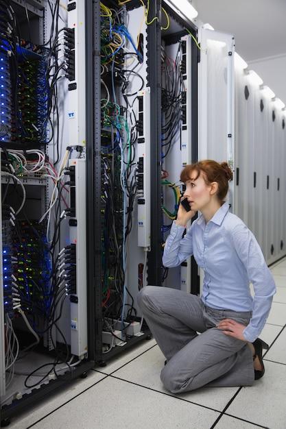 Techniker, der am telefon beim analysieren des servers spricht Premium Fotos