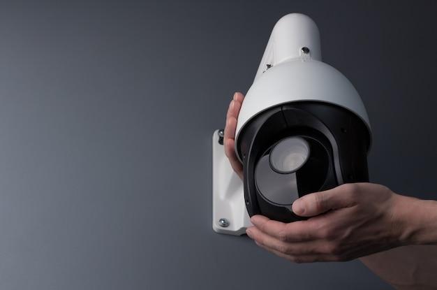 Techniker, der die video-sicherheit der cctv-kamera installiert Premium Fotos