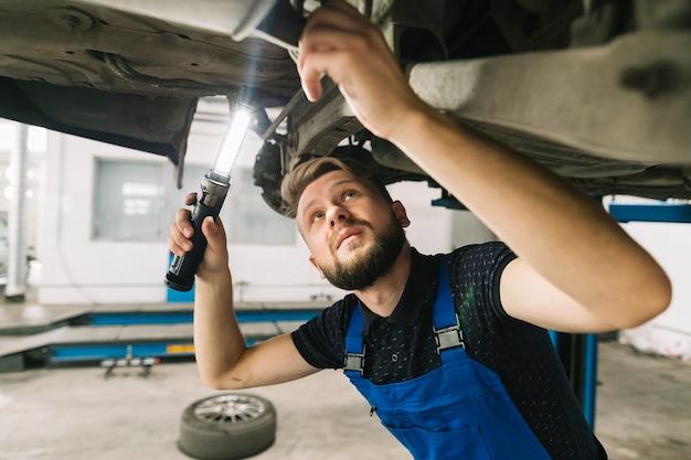 Techniker, der fahrzeugboden überprüft Kostenlose Fotos