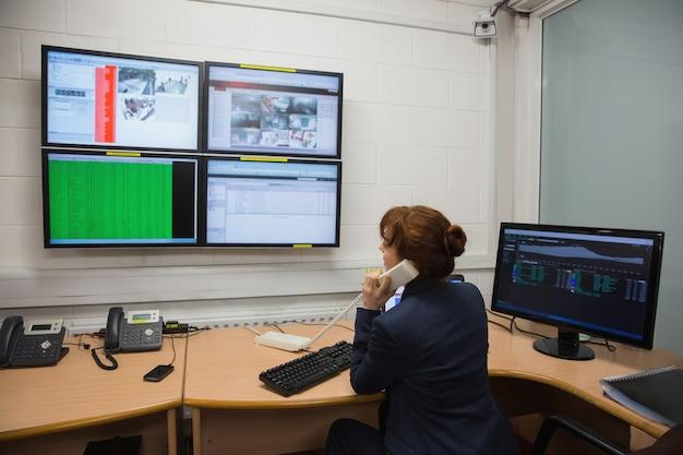 Techniker, der in laufenden diagnosen des büros sitzt Premium Fotos