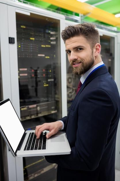 Techniker, der laptop beim analysieren des servers verwendet Premium Fotos