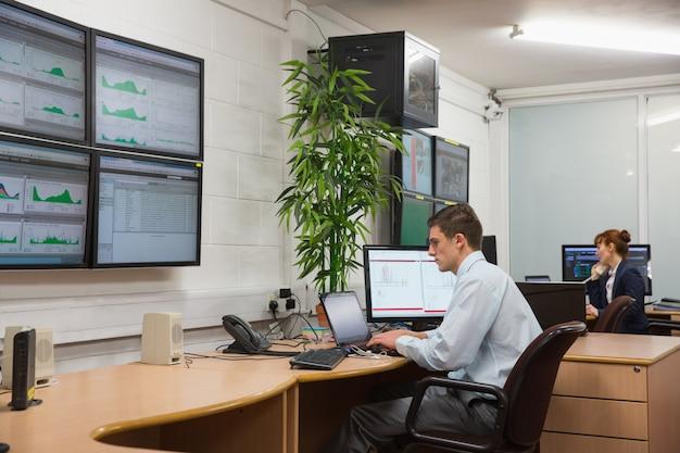 Techniker, die in laufenden diagnosen des büros sitzen Premium Fotos