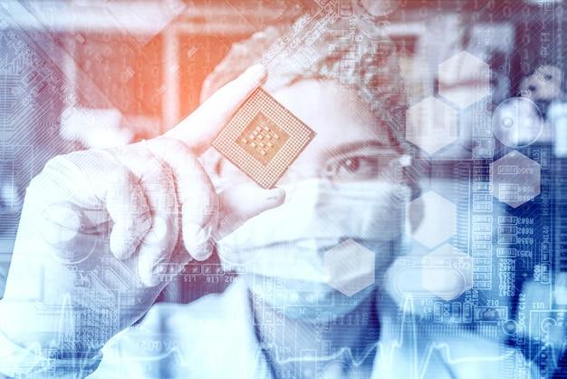 Techniker in gläsern analysiert die cpu Premium Fotos