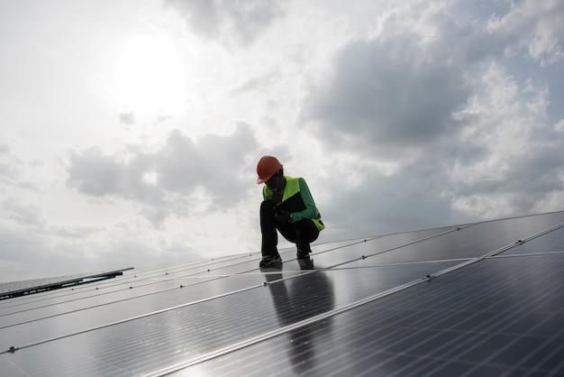 Techniker-ingenieur prüft die wartung der solarzellenplatten. Kostenlose Fotos
