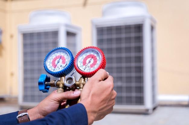 Techniker überprüft klimaanlage Premium Fotos